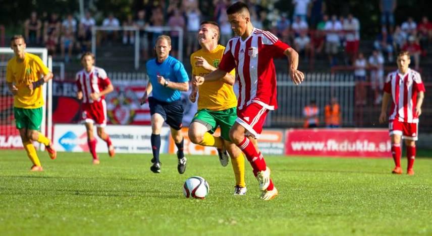 Kostadinov controls the ball before his injury