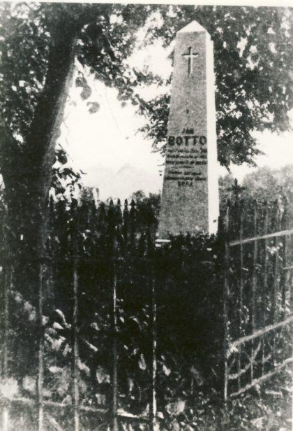 1-Bottov hrob s ohrádkou