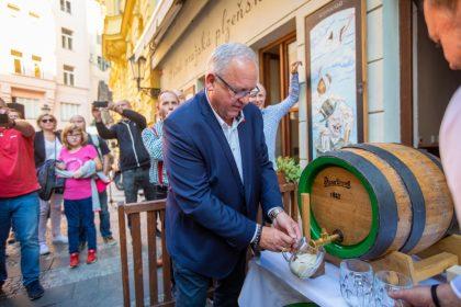 sládok Plzeňského Prazdroja Václav Berka slávnostne narazil drevený sud