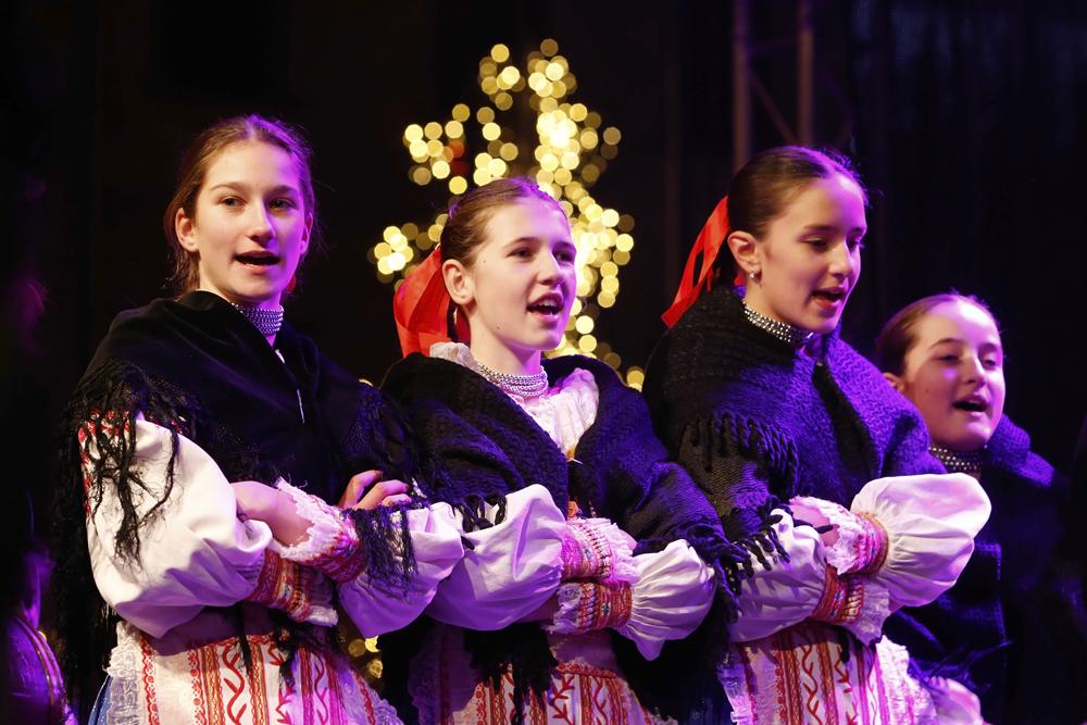 3b08c1da6 FOTO: Folklórne súbory Prvosienka a Bystrina s vianočným programom