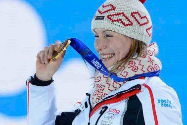 slovenská biatlonistka Anastasia Kuzminová zlatá medaila stupeň víťazov oslava