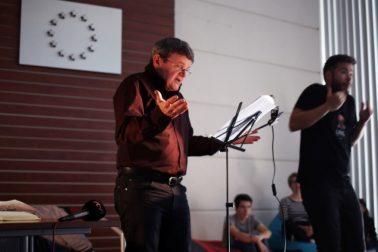 Magická atmosféra počas čítania pána Petra Zemaníka sprevádzaná tlmočníkom do posunkového jazyka