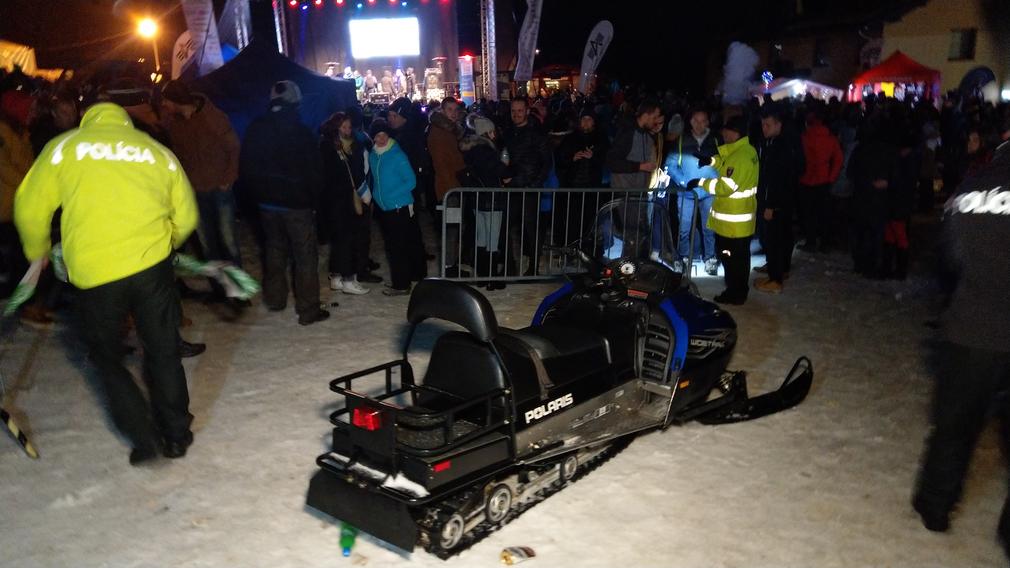 FOTO  Opitý Bratislavčan na snežnom skútri počas Donovaly festu ... 4f85d4f7c60