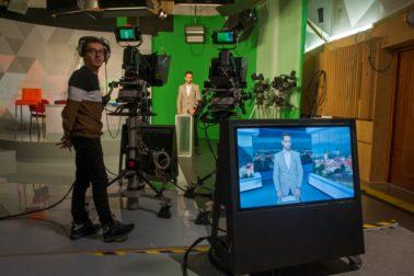 Televízne štúdio v BB a príprava na Správy RTVS z regiónov