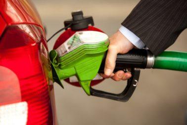 Tankování paliva do auta na benzínové stanici