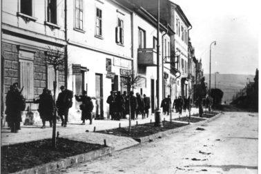 ilustračný_obrázok_02_vojaci_Rumunskej_armády_na_-Hornej_ulici_v_Banskej_-Bystrici