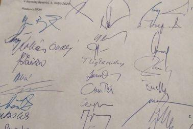 podpisy krajských poslancov