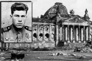 vojak s vlajkou na Reichstagu