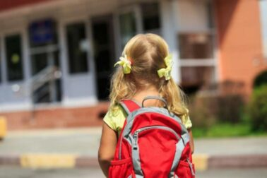 vnucka pred skolou