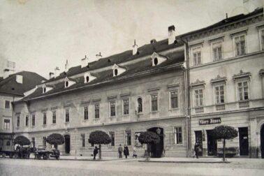Pôvodná-budova-Komorského-domu-z-námestia.