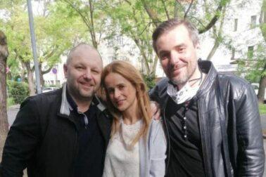 Vľavo prepustený advokát Martin Ribár s manželkou a Matejom Marhavým z Iniciatívy advokátov za právny štát