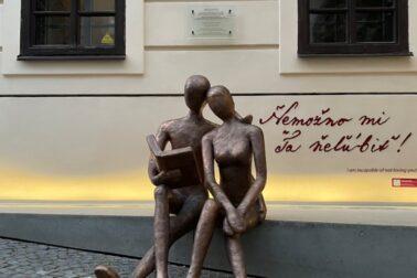 Interaktívna socha Zaľúbencov pred Bankou Lásky