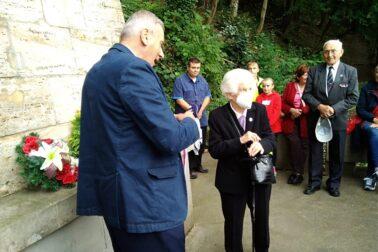 3. Eva Holéczyová preberá pamätnú medailu od Jozefa Ťažkého