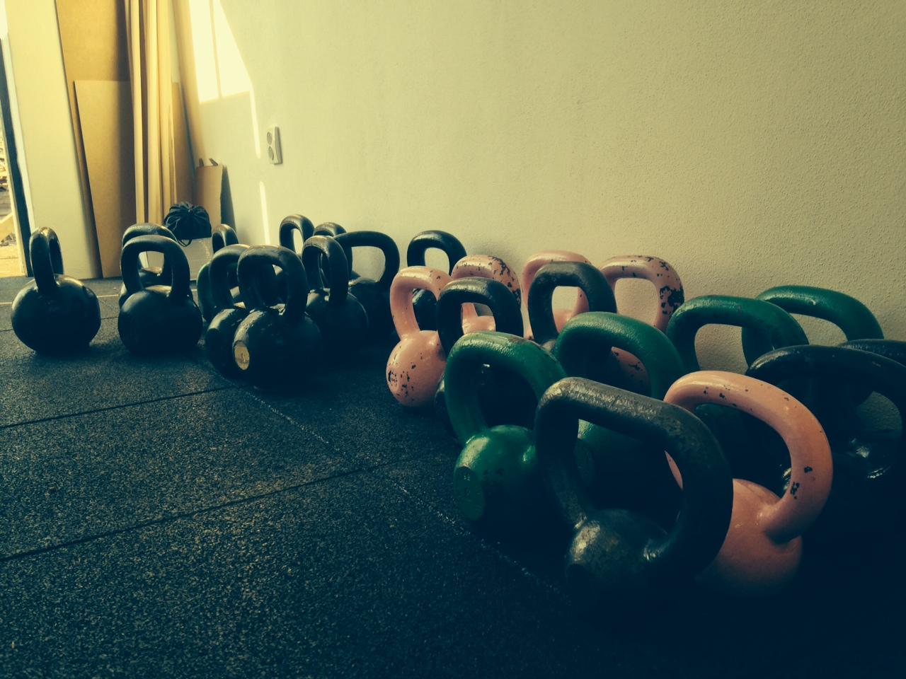 Kettlebelly sú tradičnou cvičebnou pomôckou pri funkčnom tréningu.
