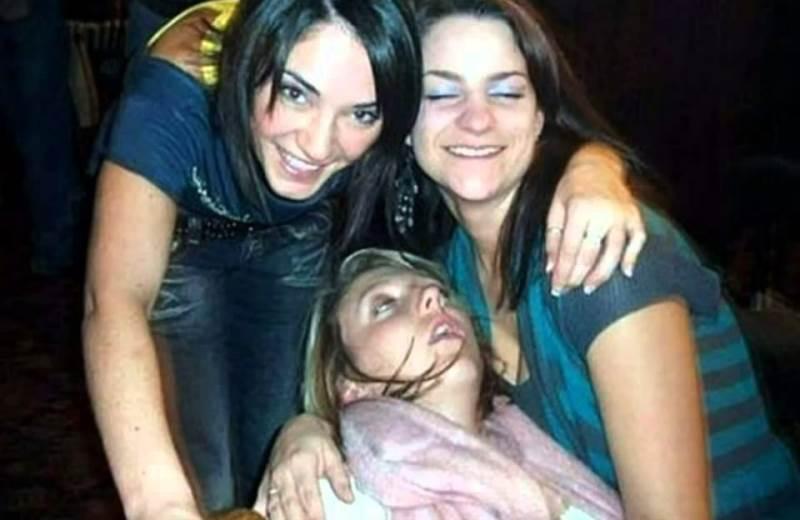 Opitý dievča fajčenie