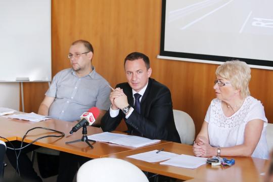Zľava: Pavel Červienka - riaditeľ ÚPSVaR, Jakub Gajdošík - viceprimátor, Mária Filipová - vedúca sociálneho odboru mesta