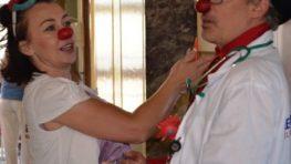 Zdravotní klauni navštívili dospelých onkologických pacientov v Rooseveltovej  nemocnici