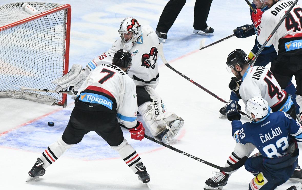 106e14687a1e9 Banskobystrickí hokejisti prehrali v Nitre štvrtý finálový zápas o  majstrovský titul v našej najvyššej súťaži až po samostatných nájazdoch 1:2.