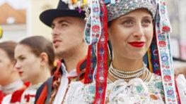 FOTO: Napriek dažďu nádherný Slovenský deň kroja s rekordom + nedeľný program Radvanského jarmoku