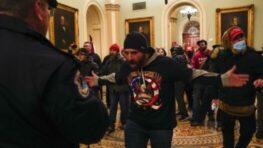 Ukážka americkej demokracie: Do budovy Kongresu vtrhli Trumpovi stúpenci, 4 mŕtvi