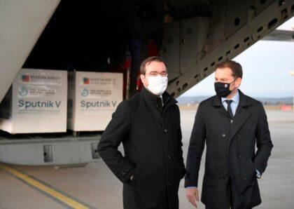 Marek Krajčí a Igor Matovič so Sputnikom V na košickom letisku