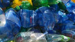 Stúpte fľašiam na krk, aby sa ich do žltých nádob zmestilo viac
