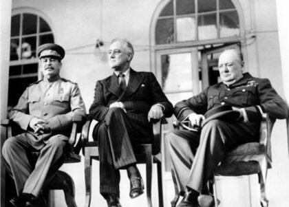Zľava Stalin, Roosevelt a Churchill