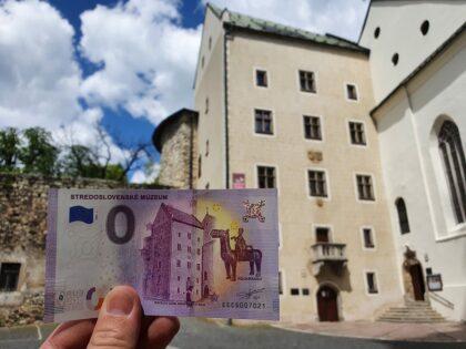 Prvá eurobankovka so siluetou Matejovho domu