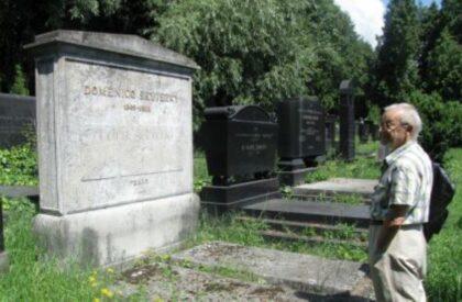 Jozef Ďuriančik pred hrobom Dominika Skuteckého
